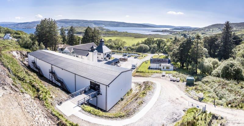Glenbeg Ardnamurchan Skottland - Maj 26 2017: Den Ardnamurchan spritfabriken producerar whisky efter 2014 och faktiskt fotografering för bildbyråer