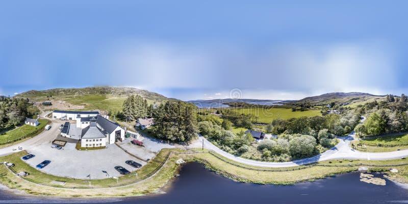 Glenbeg Ardnamurchan Skottland - Maj 26 2017: Den Ardnamurchan spritfabriken producerar whisky efter 2014 och faktiskt royaltyfri foto