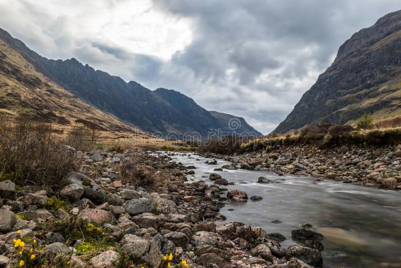 Glencoe flod med slätt vattenflöde royaltyfria foton