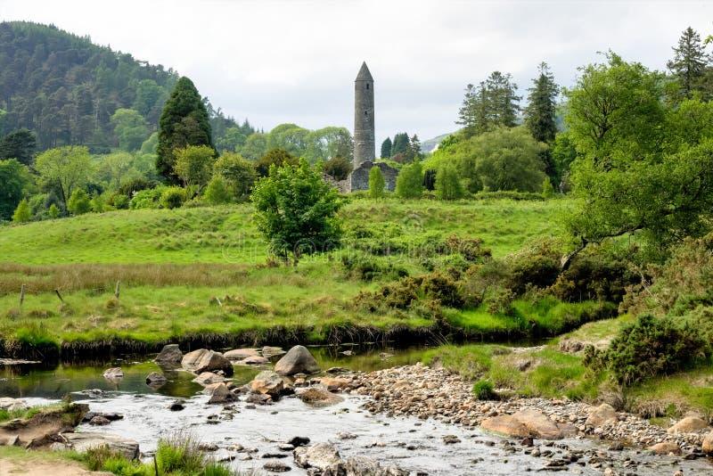 Glendalough är en by med en kloster i ståndsmässiga Wicklow, Irland royaltyfri fotografi