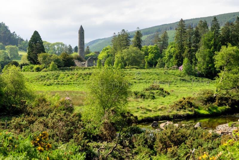 Glendalough är en by med en kloster i ståndsmässiga Wicklow, Irland arkivfoton