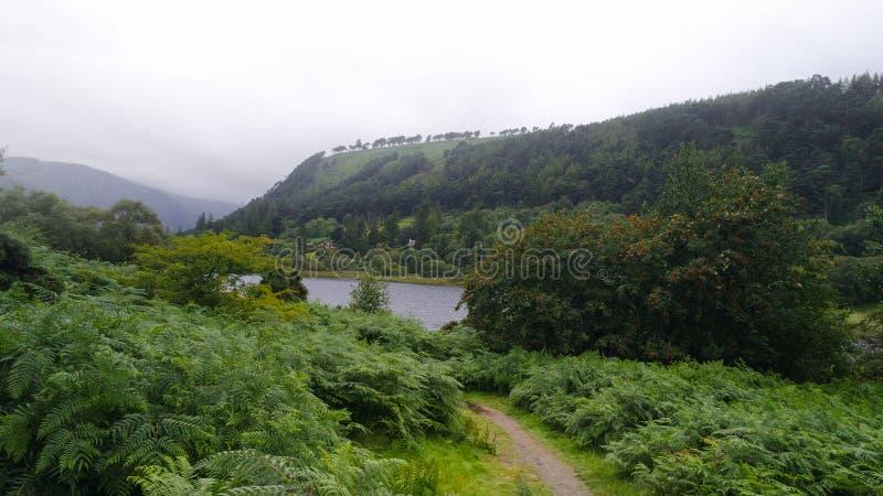 Glendalough en van Wicklow Bergen in Ierland met mist op de heuvels royalty-vrije stock foto