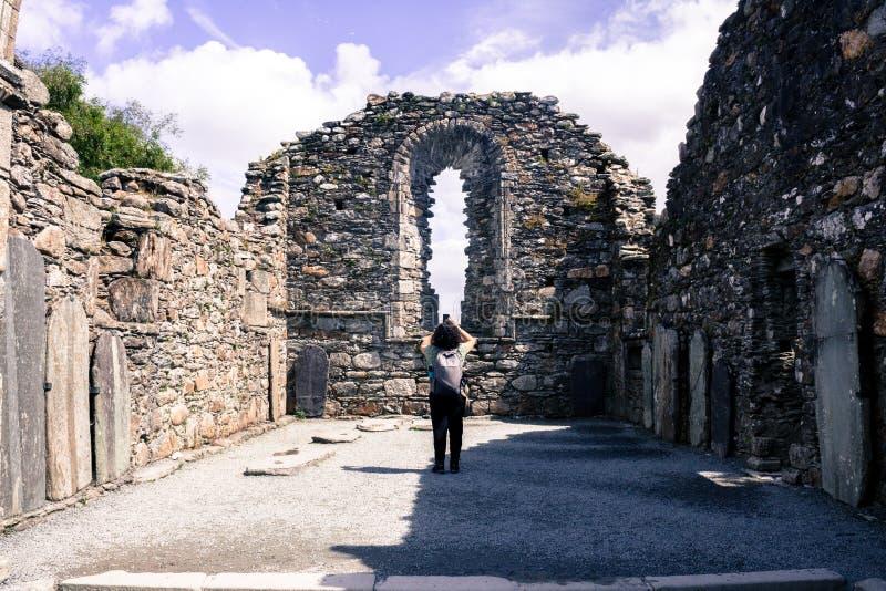 GLENDALOUGH, IRLANDA - 26 DE JULHO DE 2017: Vista das ruínas das ruínas da catedral de Glendalough fotografia de stock