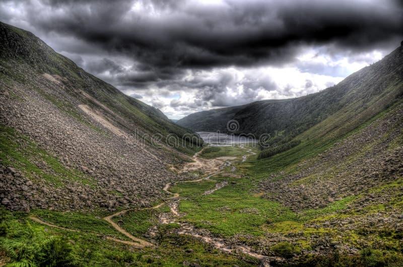 Glendalough sotto un cielo arrabbiato fotografia stock