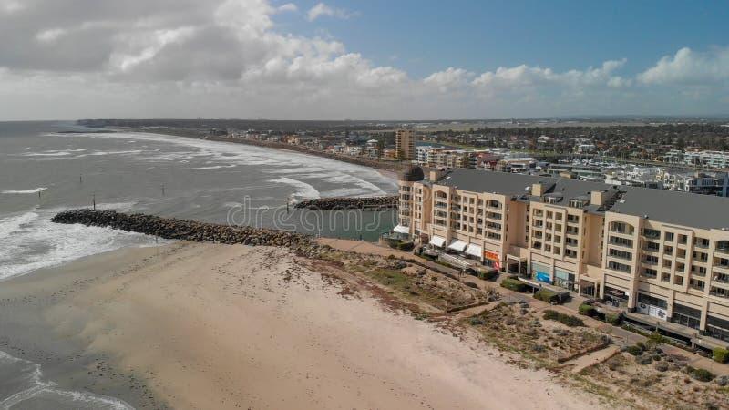 GLENELG, AUSTRÁLIA - 15 DE SETEMBRO DE 2018: Ideia aérea da skyline bonita da cidade em um dia ensolarado Glenelg é uma atração f fotografia de stock royalty free