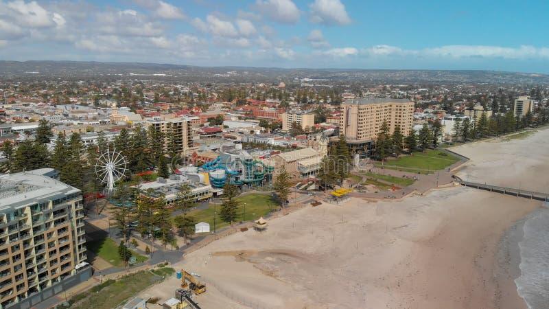 GLENELG AUSTRALIEN - SEPTEMBER 15, 2018: Flyg- sikt av härlig stadshorisont på en solig dag Glenelg är en berömd dragning nära royaltyfri fotografi