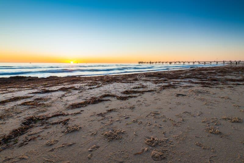 Glenelg-Strand bei Sonnenuntergang lizenzfreie stockfotografie