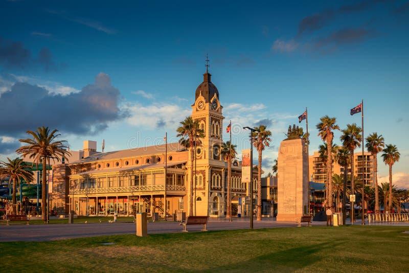 Glenelg urząd miasta z Pionierskim pomnikiem przy zmierzchem zdjęcie royalty free