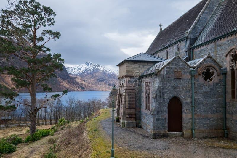 Glenfinnan教会有海湾Shiel湖视图和多雪的高地 库存照片