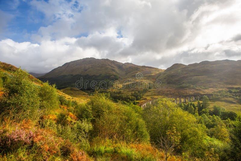 Glenfinnan järnväg viadukt i Skottland Glenfinnanscotland dalgång arkivfoto