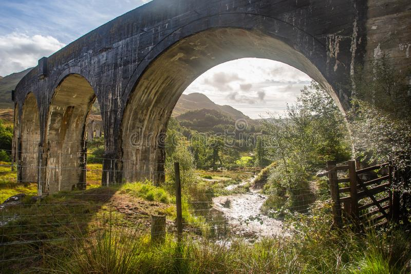 Glenfinnan järnväg viadukt i Skottland Glenfinnanscotland dalgång arkivfoton