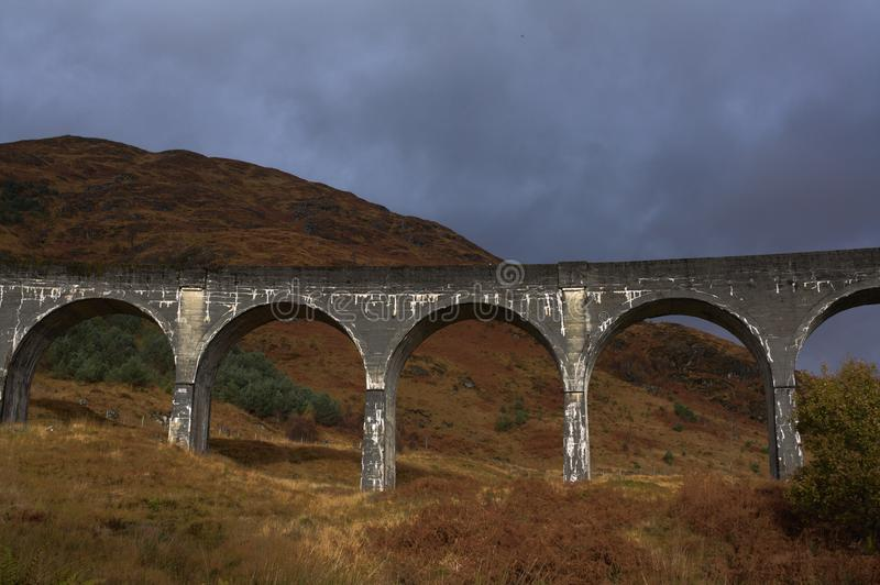 Glenfinnan-Viadukt im Herbst stockfotografie