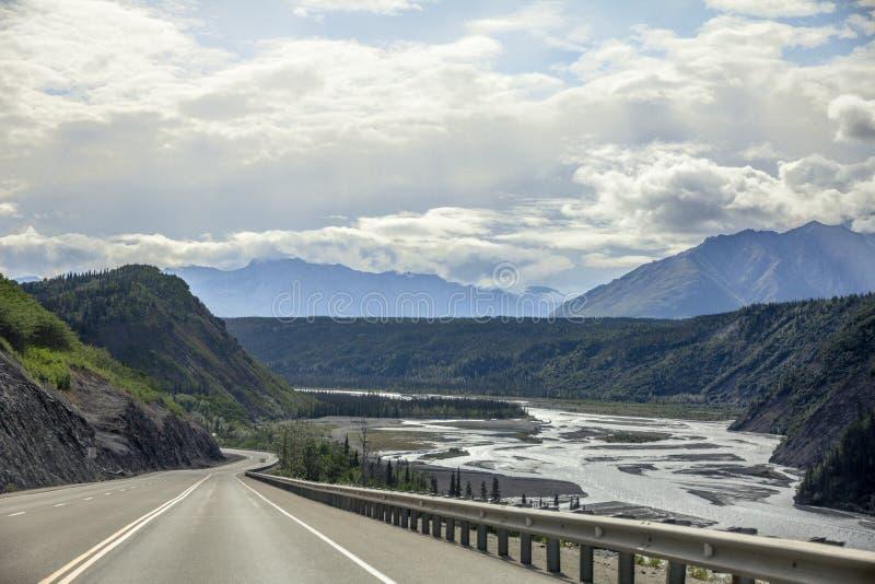 Glenn Highway Alaska, conduciendo el río al este último de Matanuska, Alaska fotografía de archivo libre de regalías