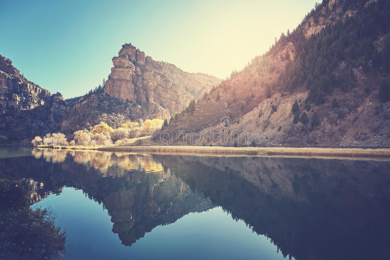 Glenwood峡谷在日出,科罗拉多,美国的河反射 库存图片