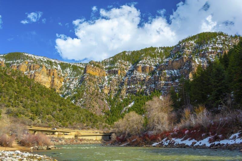 Glenwood kanjon, Colorado med Coloradofloden och I-70 i bakgrunden på en Sunny Day royaltyfri fotografi