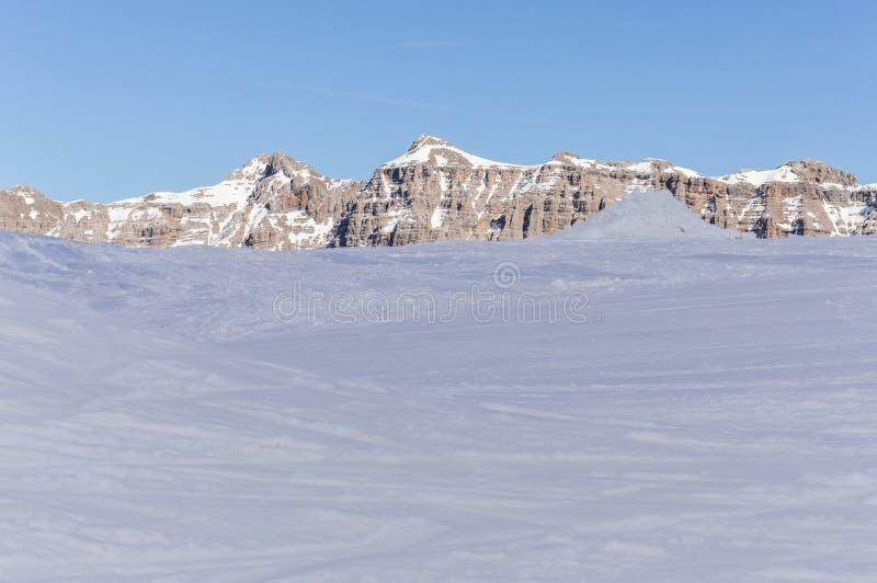 Gletscher auf den Dolomit-Alpenbergen im Frühjahr in Italien stockbilder