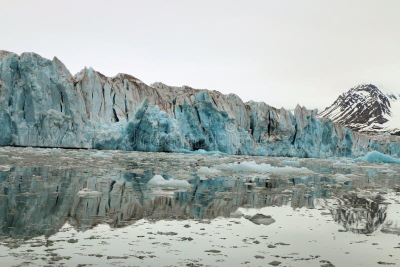 Gletscher, der den Ozean kommt stockfotos