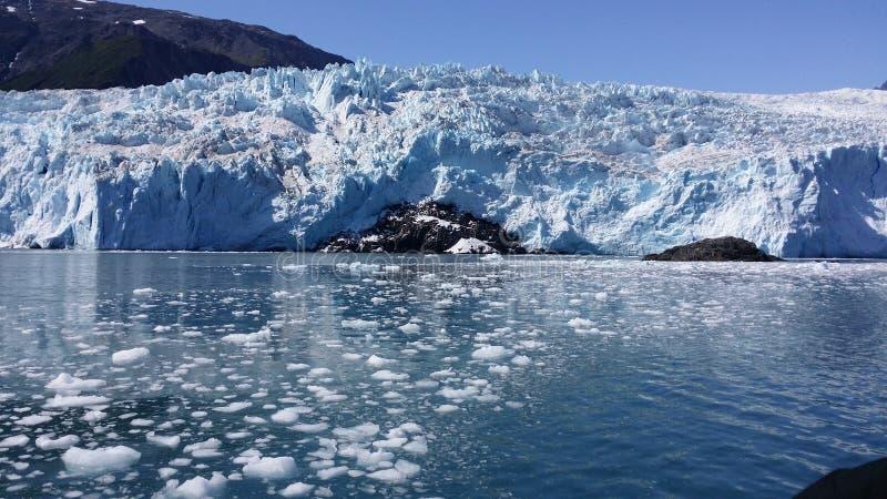 Gletscher mit dem Eis, das in Wasser Alaska schwimmt stockfotografie