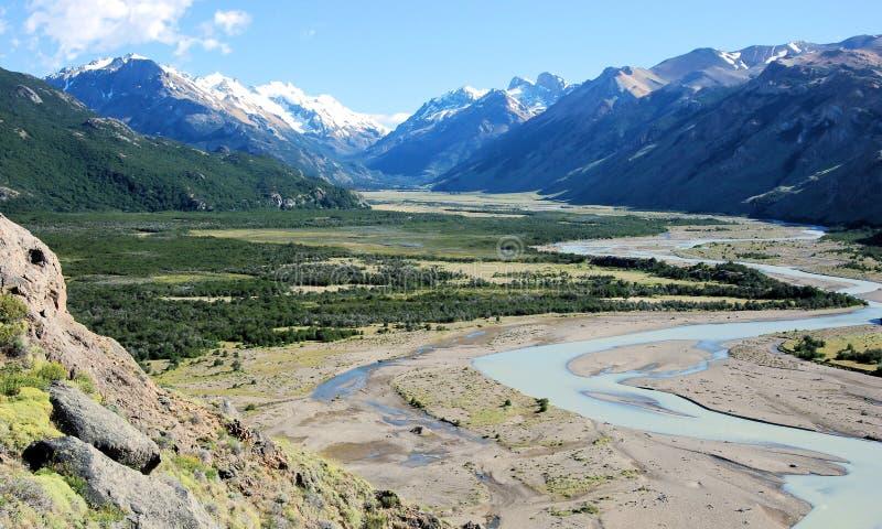 Gletscher-Nationalpark mit La Vuelta-Fluss und schneebedecktem Gletscher ragt, Argentinien empor stockfotos
