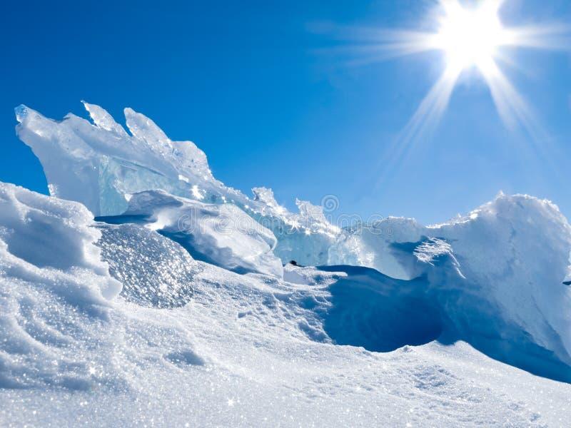 Gletschereisklumpen mit Schnee und sonnigem blauem Himmel stockfoto