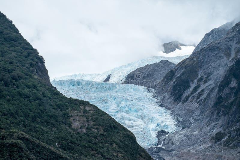 Gletsjer in de mist stock foto's