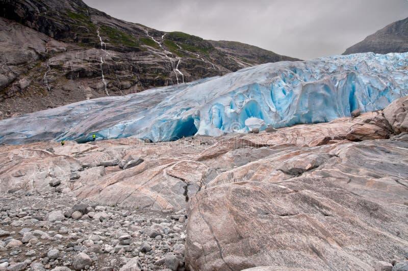 Gletsjer in het Nationale Park van Noorwegen - van Jostedalsbreen in Briksdalen v stock afbeelding