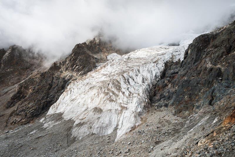 Gletsjer onder piekushba, Zemo Svaneti, Georgië stock afbeeldingen