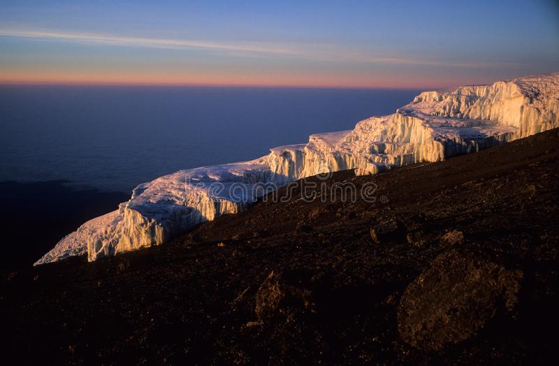 Gletsjer op Kilimandjaro, de hoogste berg van Africas, tijdens zonsopgang stock foto