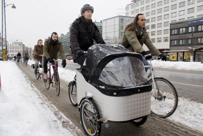 Gli abbonati del ciclo di Copenhaghen resistono alla neve København fotografia stock libera da diritti