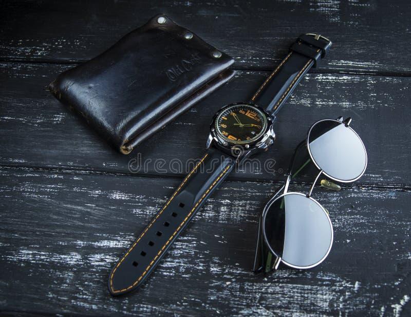 Gli accessori degli uomini alla moda sulla tavola di legno fotografie stock libere da diritti