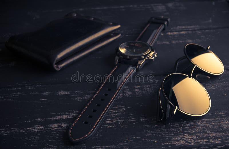 Gli accessori degli uomini alla moda sulla tavola di legno immagine stock libera da diritti