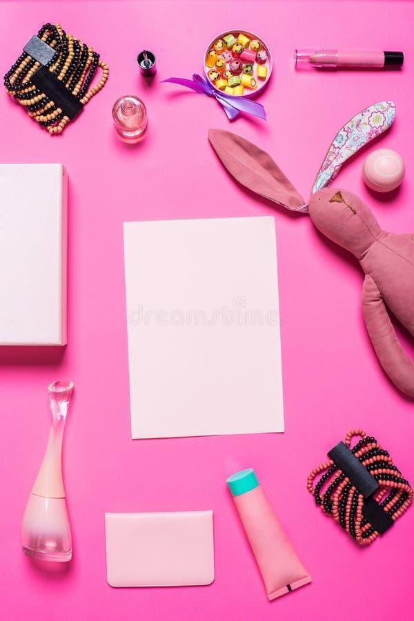 Gli accessori della ragazza su un fondo rosa fotografia stock