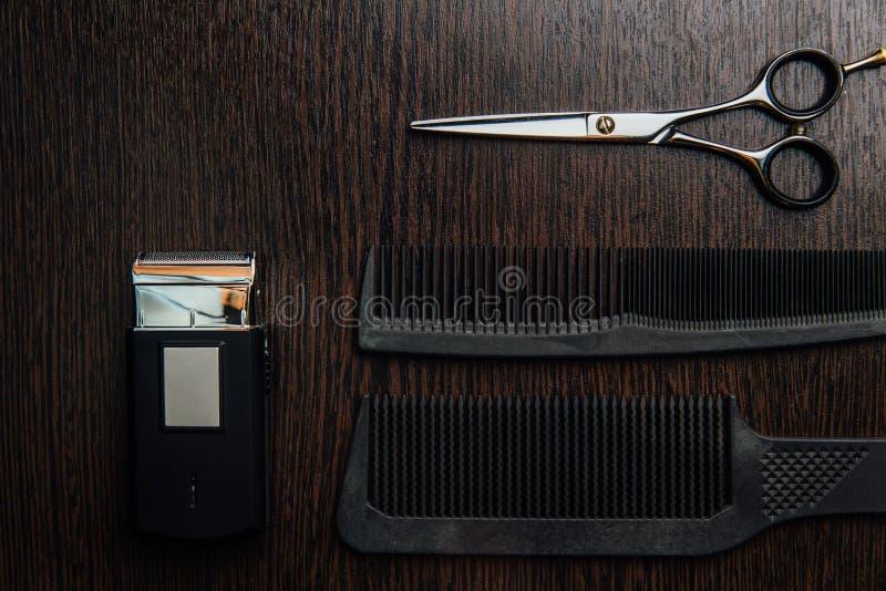 Gli accessori dello stilista del parrucchiere si trovano perfettamente pianamente sulla tavola fotografie stock libere da diritti