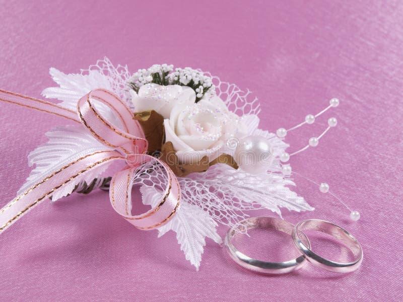 Gli accessori di cerimonie nuziali sono un occhiello ed anelli fotografia stock