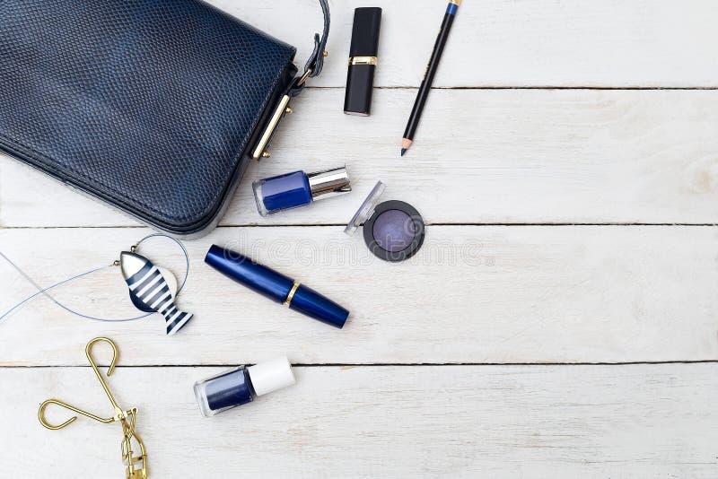 Gli accessori femminili hanno messo blu scuro Disposizione piana fotografia stock