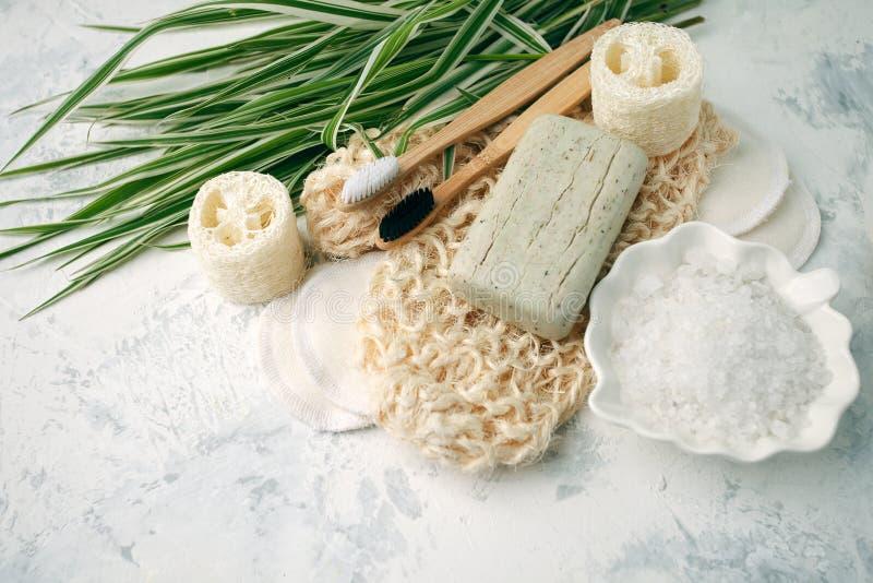 Gli accessori residui zero del bagno, la spazzola naturale del sisal, la spazzola di bamb? dei denti, sale marino, cotone riutili immagini stock libere da diritti