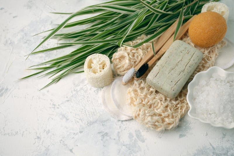 Gli accessori residui zero del bagno, la spazzola naturale del sisal, la spazzola di bamb? dei denti, sale marino, cotone riutili fotografie stock