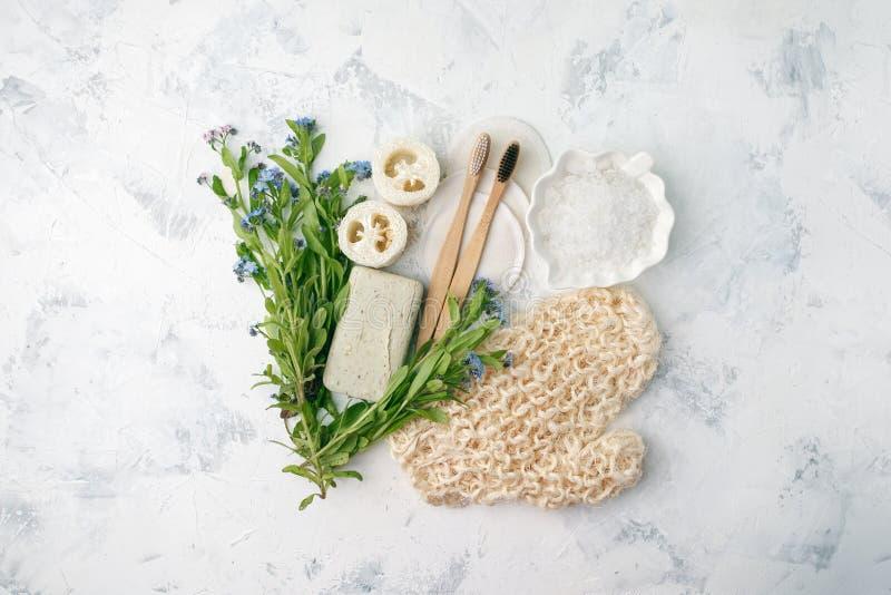 Gli accessori residui zero del bagno, la spazzola naturale del sisal, la spazzola di bamb? dei denti, sale marino, cotone riutili immagini stock