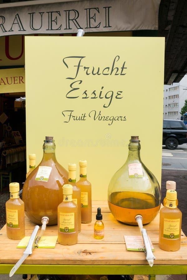 Gli aceti della frutta sul mercato di Naschmarkt stanno a Vienna immagini stock libere da diritti