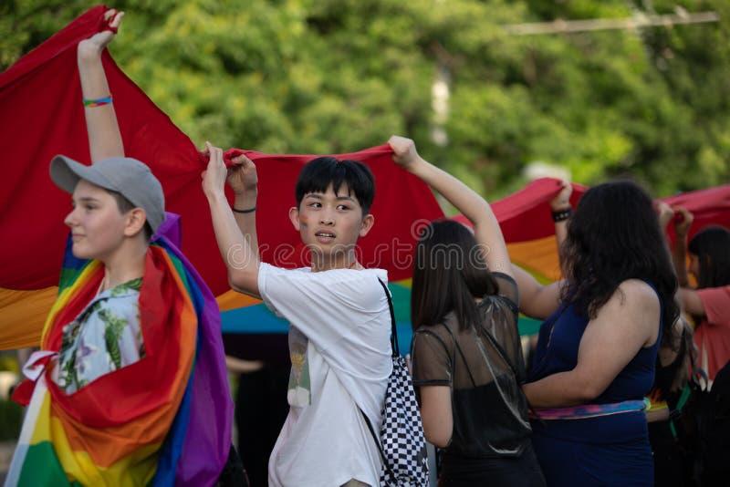 Gli adolescenti partecipano parata annuale di LGTB fotografie stock libere da diritti