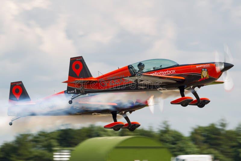 Gli aerei acrobatici extra di volo acrobatici EA-300L del gruppo di formazione delle lame fotografia stock