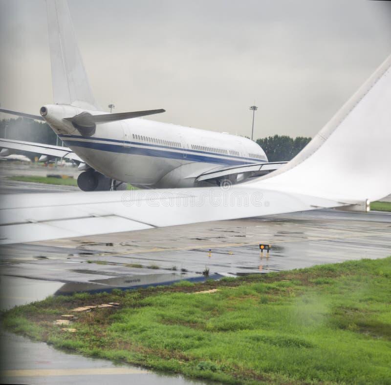 Gli aerei in aeroporto fotografia stock