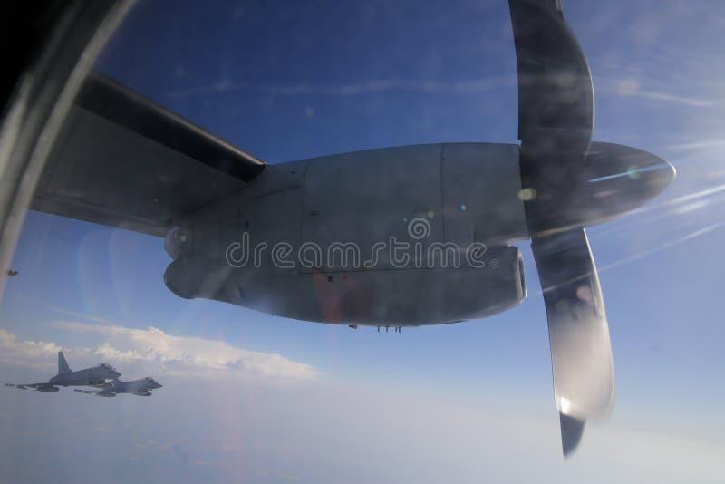Gli aerei da caccia di Royal Air Force Eurofighter Typhoon accompagnano un transp fotografia stock libera da diritti