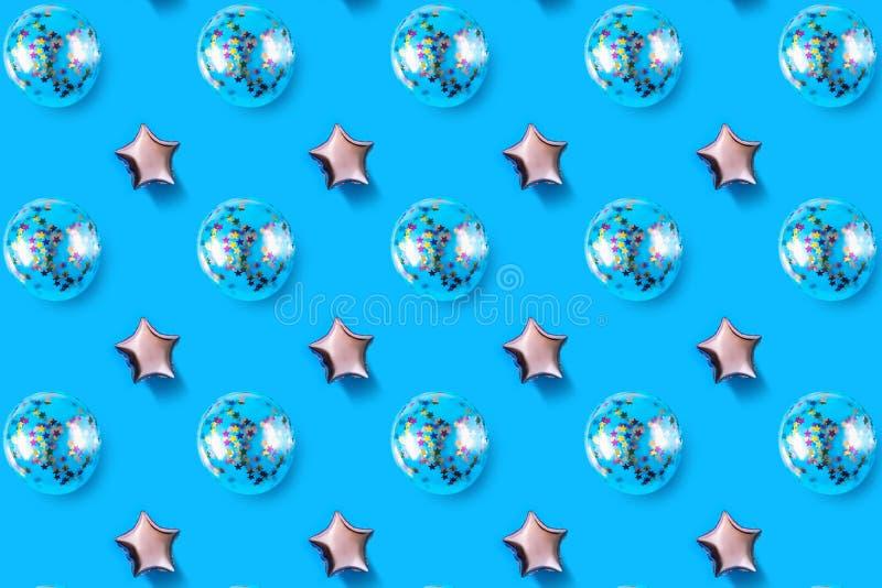 Gli aerostati della stella e del cerchio hanno modellato la stagnola su fondo rosa pastello Composizione di Minimalistic del pall fotografia stock libera da diritti