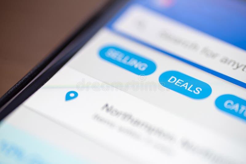 Gli affari abbottonano l'icona sul app di compera sul primo piano dello schermo dello smartphone immagini stock