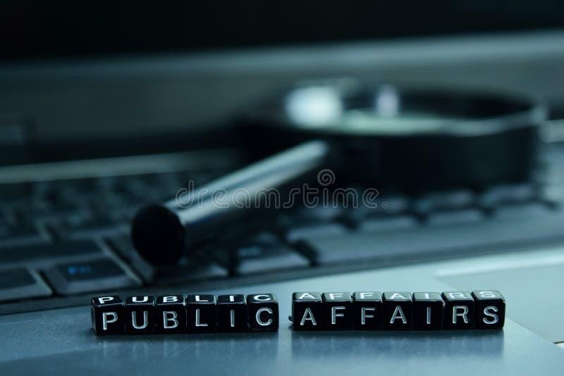 Gli affari pubblici mandano un sms ai blocchi di legno nel fondo del computer portatile Concetto di tecnologia e di affari immagini stock libere da diritti