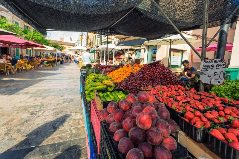 Gli agricoltori commercializzano sulle vie di Santanyi in Mallorca con i lotti della frutta locale e delle verdure immagine stock