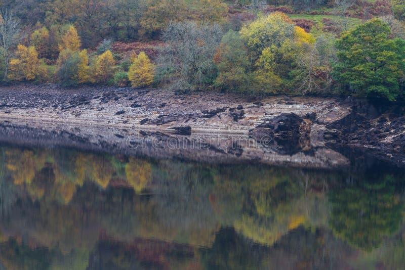 Gli alberi e la collina hanno riflesso in acqua, Autumn Fall immagini stock libere da diritti