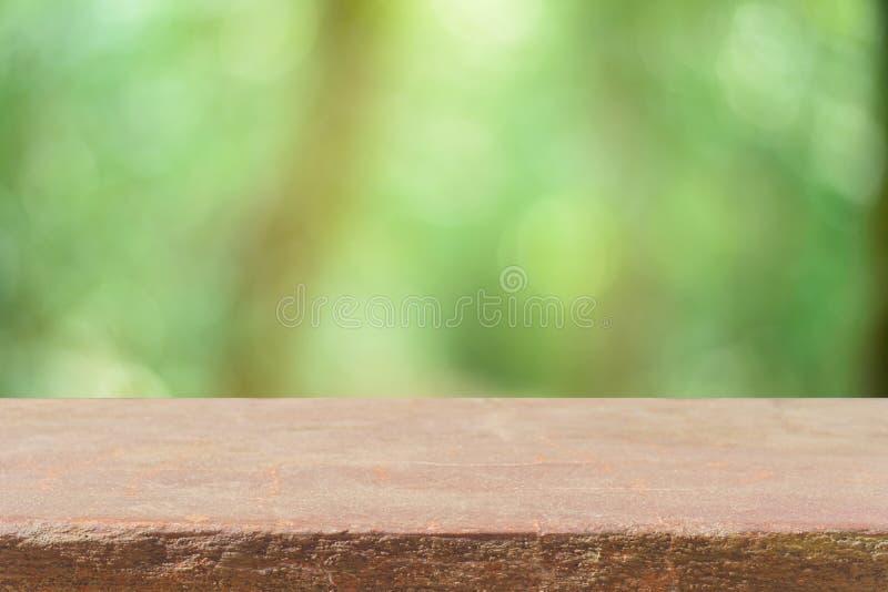 Gli alberi vuoti della sfuocatura della tavola del bordo di legno nel fondo della foresta - possono essere usati per esposizione  fotografia stock libera da diritti