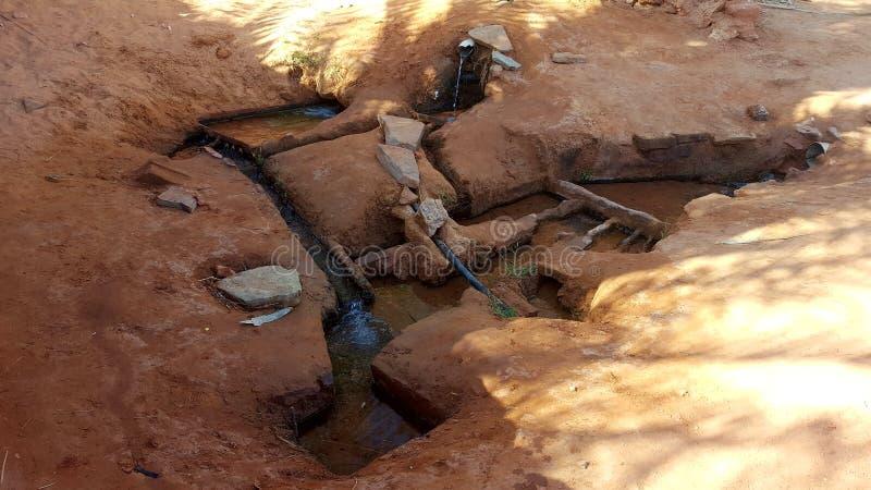 Gli algerini del villaggio vanno andare a prendere l'acqua dalla fonte immagine stock libera da diritti